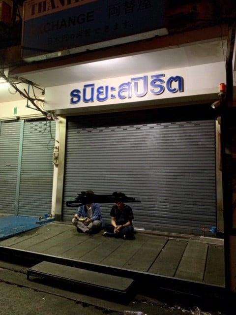 バンコクで有名なナイトマーケットでシーフード食べてお腹を壊す$